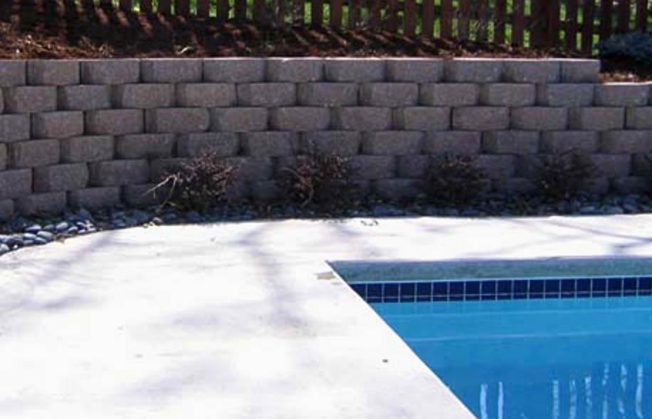 block retainer around swimming pool